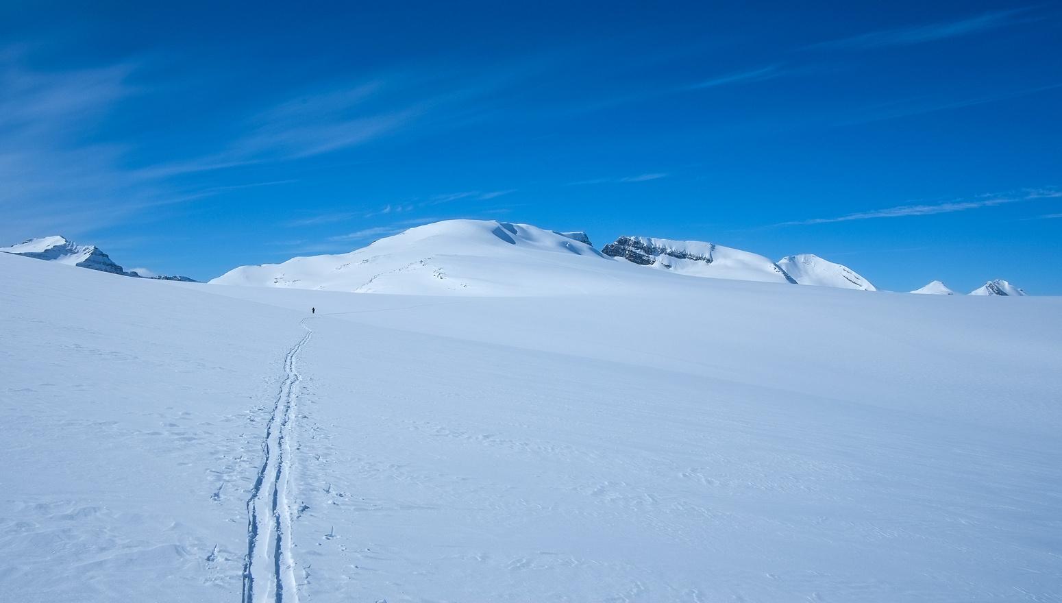 Skiing across the Wapta.