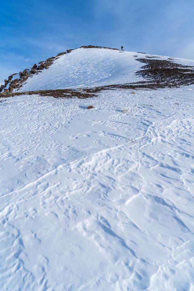 Wietse skis the last few vertical meters to the summit.