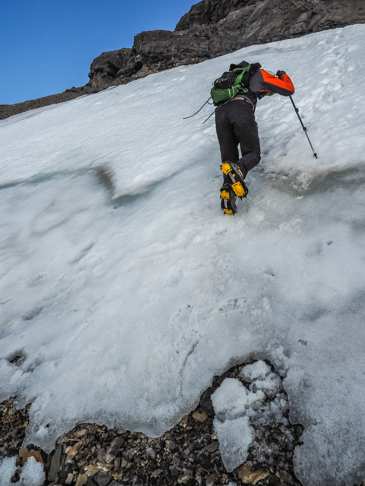 Delicate downclimbing on the snow / ice slope that blocked our easy path to the summit.