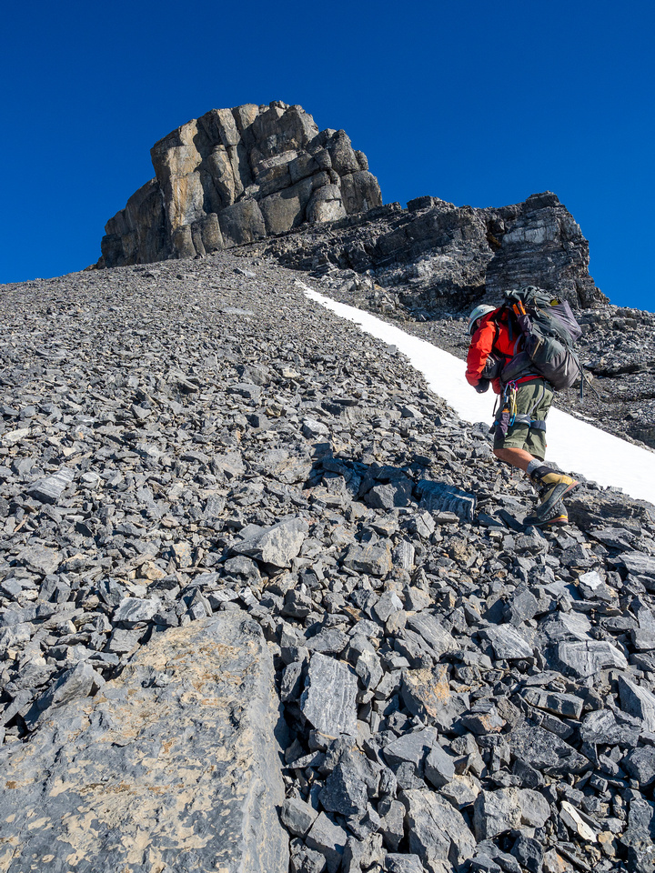 Slowly we gain hight and distance on the summit block.