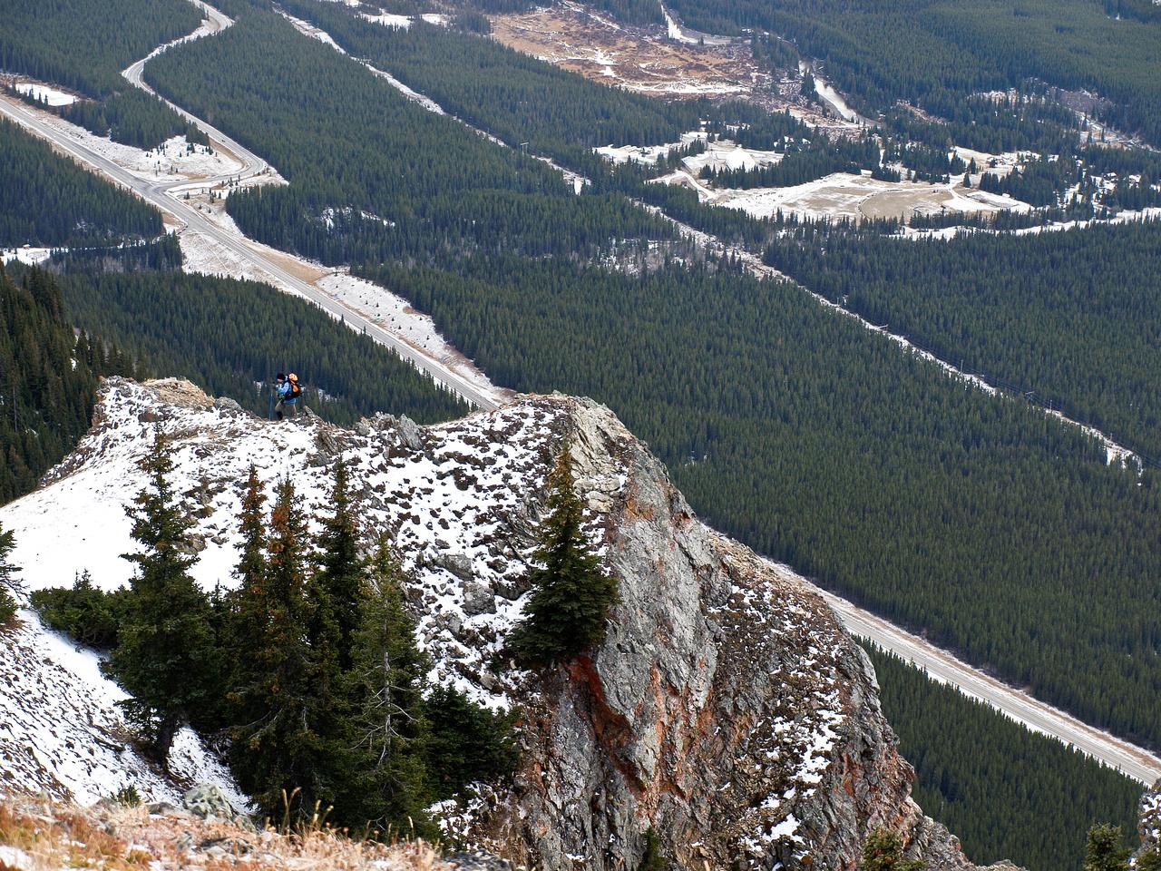 Wietse descends the ridge.