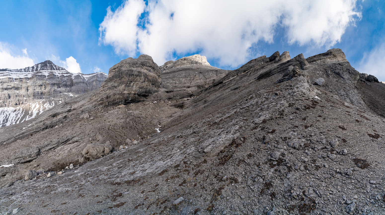 This is why you have to traverse to the south ridge proper - this terrain  blocks SE access.
