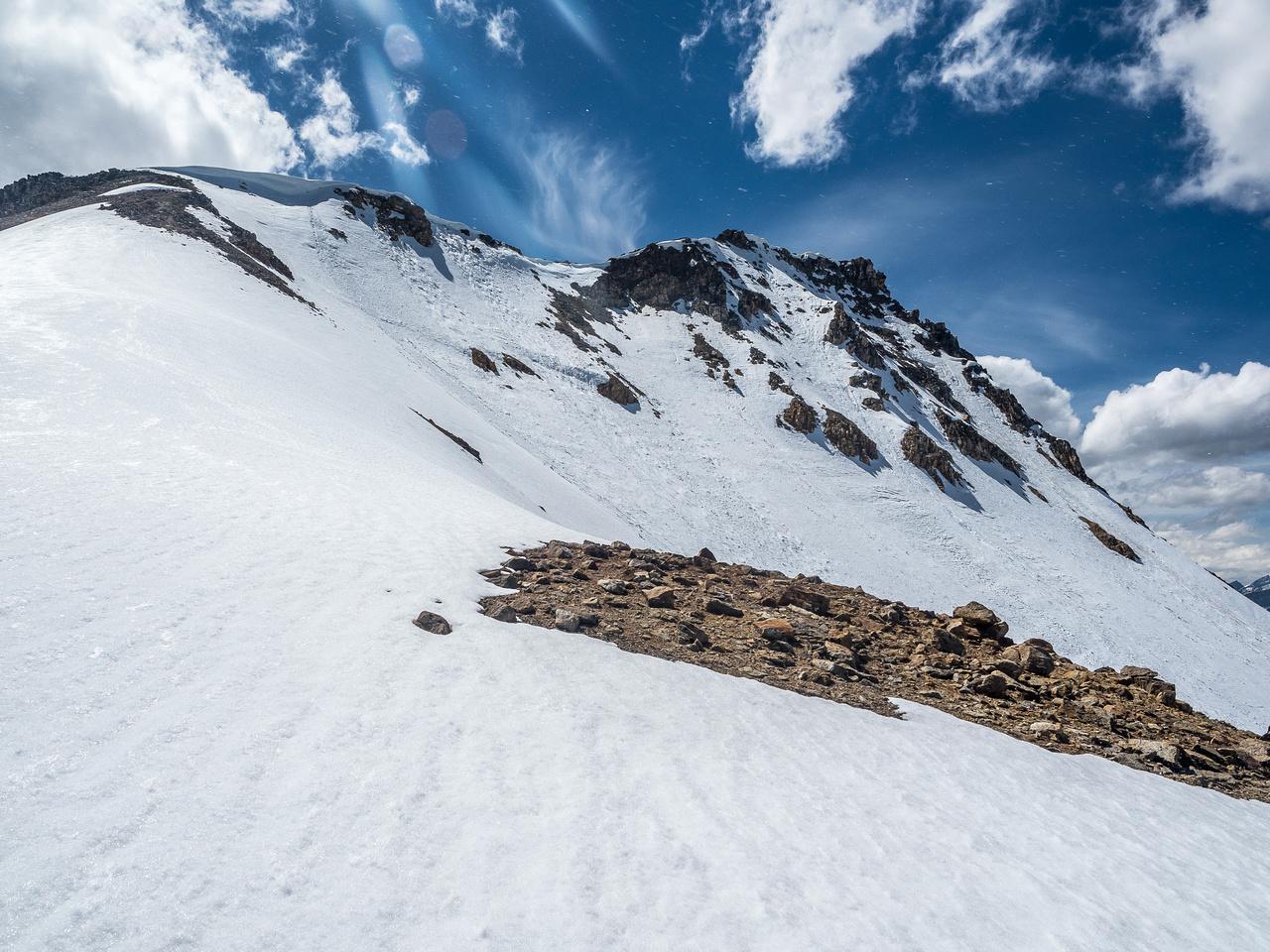Looking along the snowy NE face of Landslide Peak.