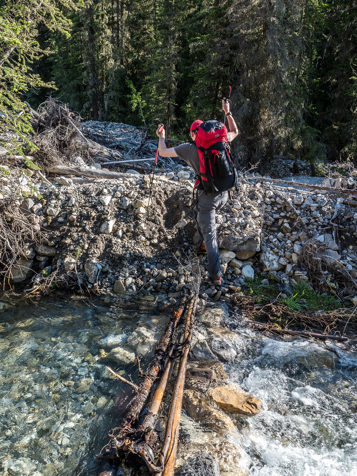 The hiking route is also flagged and marked for the most part, making it fairly easy to find these crossings if you look around a bit.