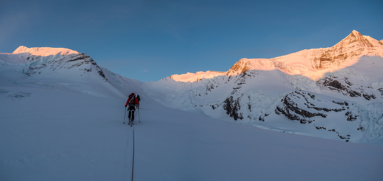The entire upper Robson / Resplendent massif now catching the morning sun as we approach the base of the Mousetrap (just to our right up ahead).