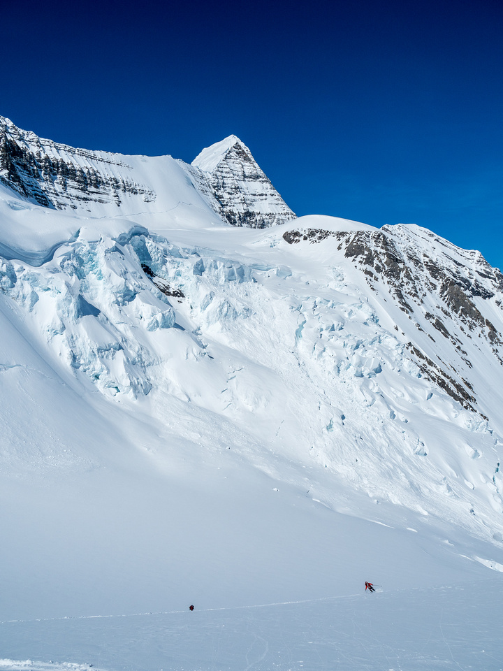 Mike skis down under the Mousetrap and Mount Robson.