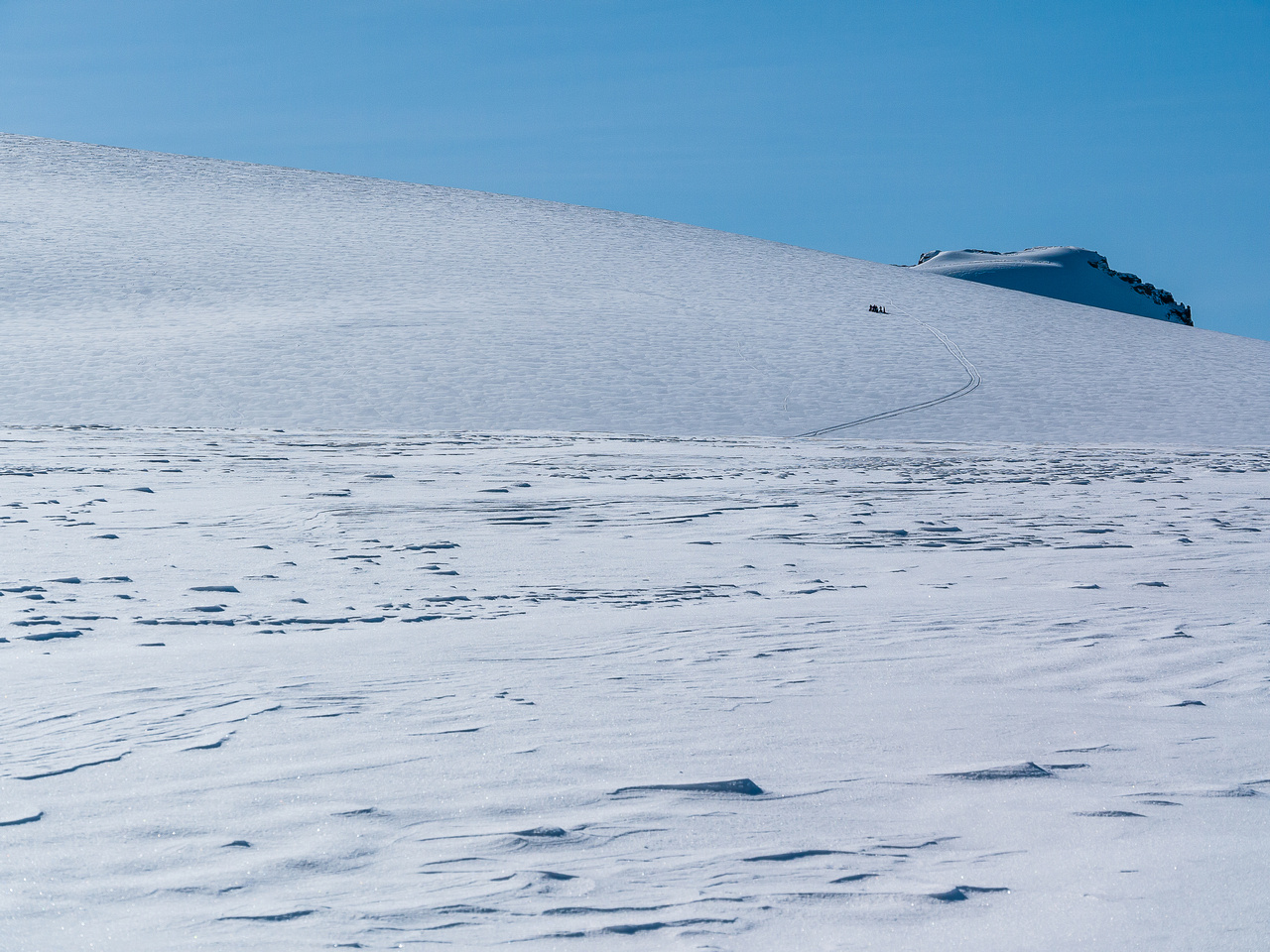 A group of skiers on Mount Gordon.