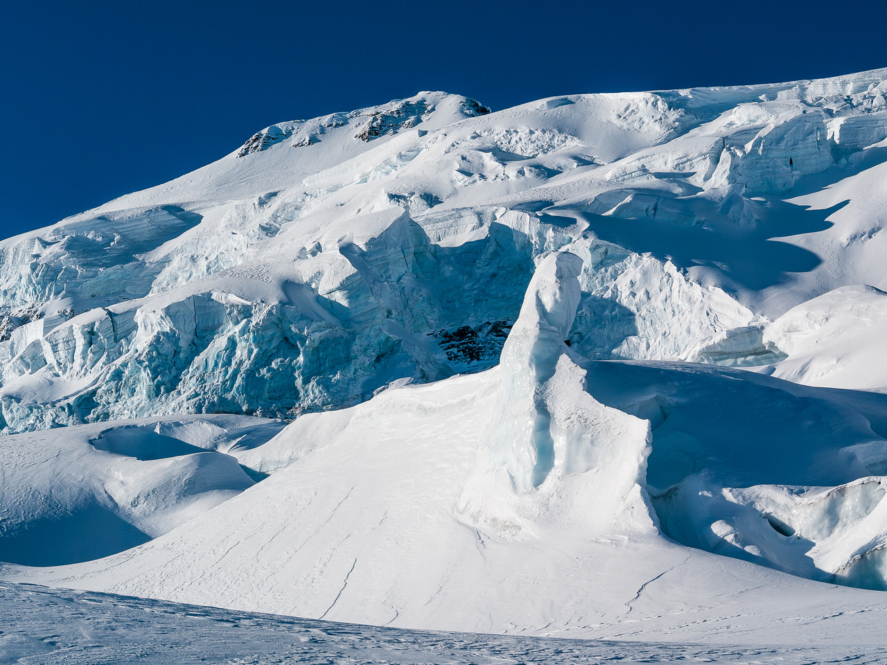 Crevasses and seracs on Balfour's east aspect.