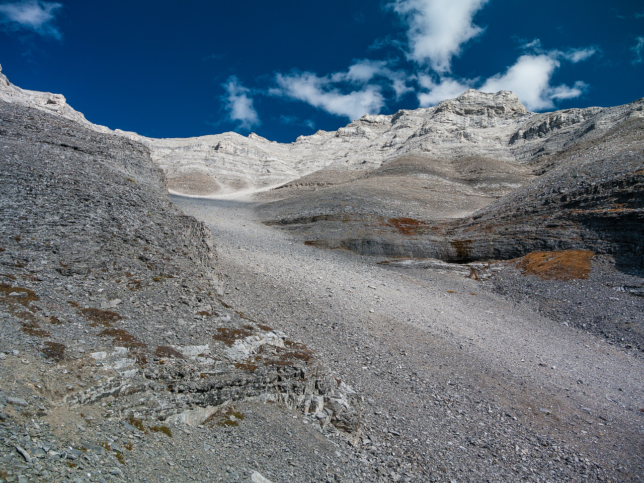 Harvey is almost done the good scree surfing. I'm waiting for him out of the wind, eating my lunch in the warm sunshine.