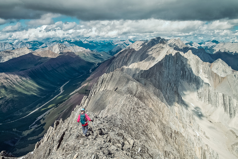 Keith leaves the summit, traversing north along Mist's summit ridge.