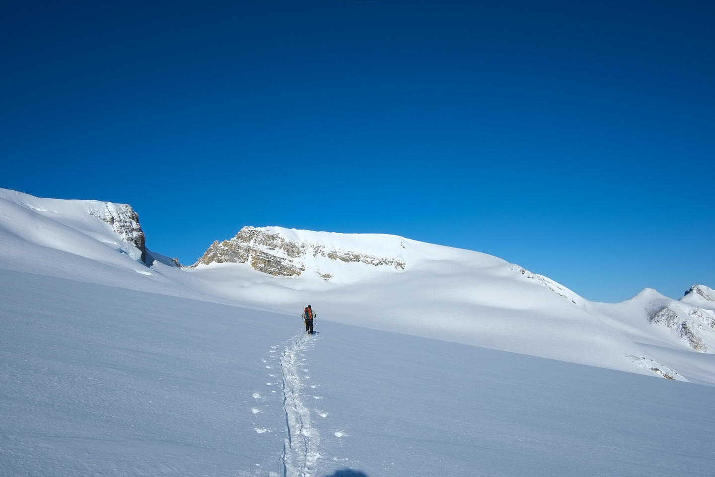 Kev breaks trail towards Habel. Despite appearances, Rhondda (on the left) is lower than Habel (right).